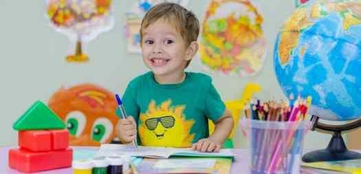 nene realizando juegos con logopeda en aula
