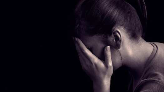 chica llorando porque descubre que es maltratada