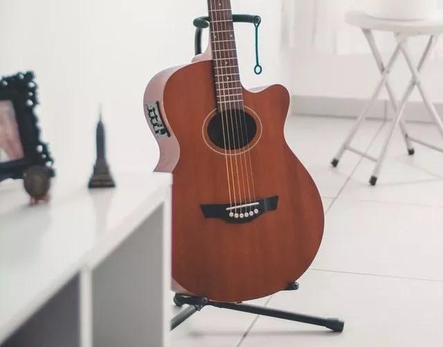 ギタースタンドに立てかける