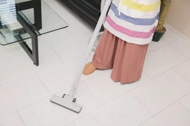 フローリングに掃除機