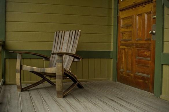 Кресло из бочонков для виски