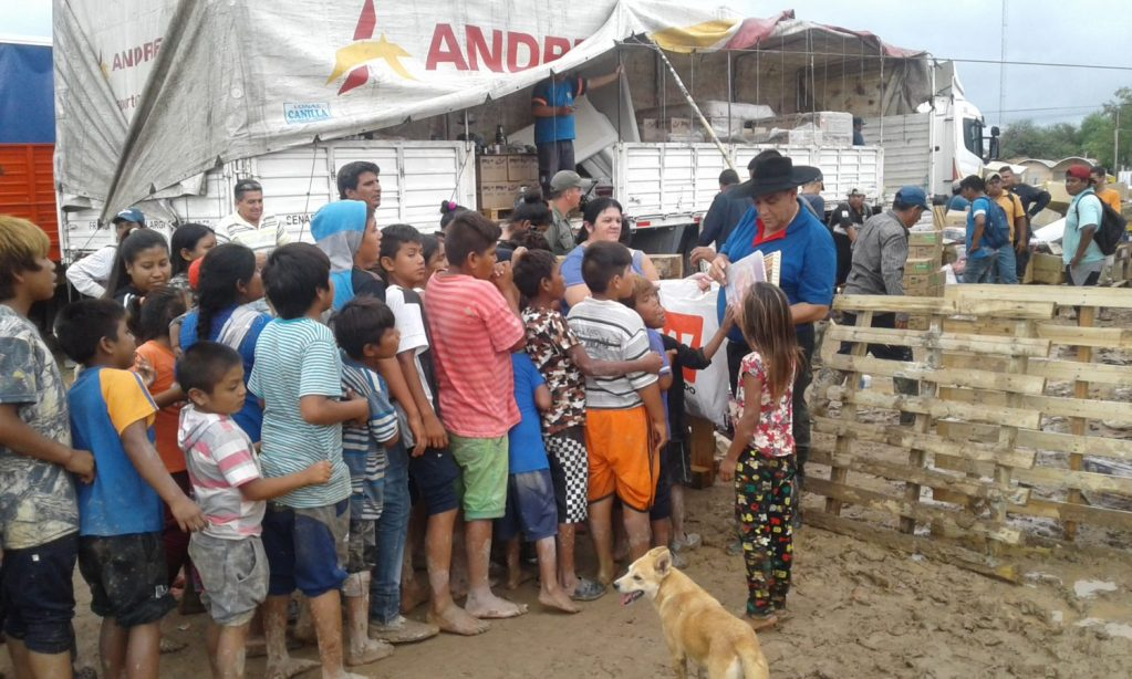 El Chaqueño Palavecino entregando donaciones.