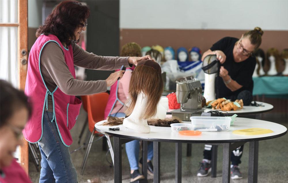 El taller de pelucas de Baradero, Dona Cabello, en plena tarea, un sábado por la tarde.