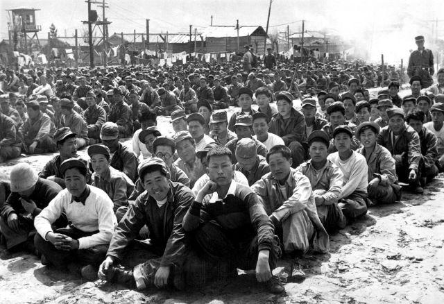 Prisioneros chinos y norcoreanos en un campo cerca de Busan, en abril de 1951. Foto: Gahn, State Dept.  (USIA)/ Wikimedia.