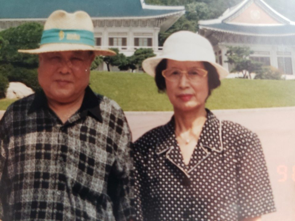 Lee Kyo Bum y su mujer, Kim Min Jung, en Corea, en la década de 1990.
