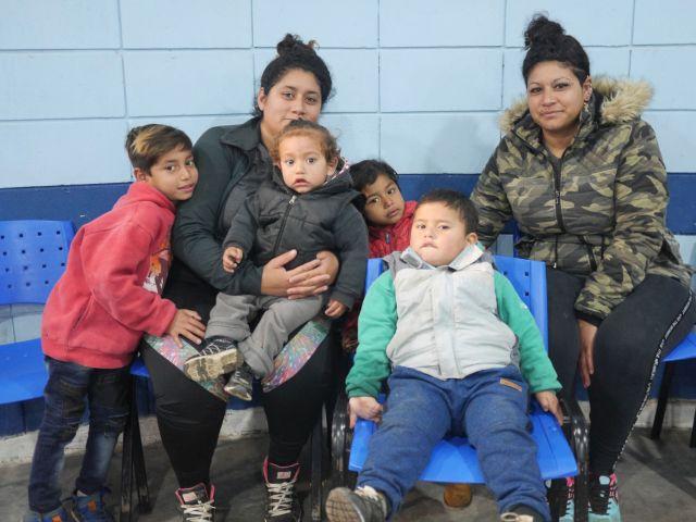 """""""Nos piden el DNI para todo, para anotarlos en el jardín, subir al colectivo. Quiero estar tranquila"""", dice Florencia Reinaga."""