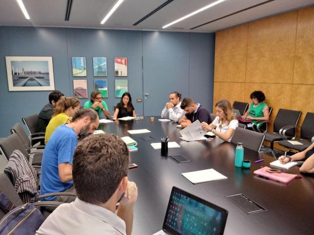 Los miembros de la Asamblea, en una reunión en el Ayuntamiento de Barcelona.