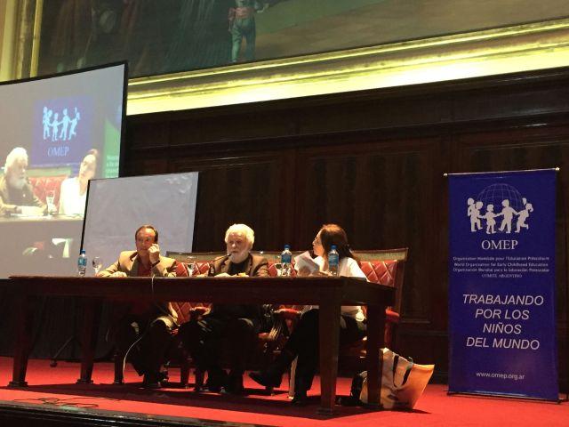 Tonucci (en el medio) en la conferencia de ayer, en la Facultad de Derecho de la UBA.