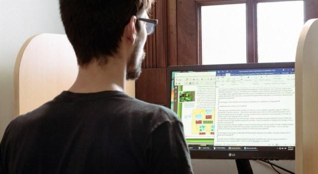En la imagen se ve un hombre joven editando documentos accesibles. / Foto: Tiflonexos