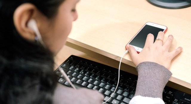 En la imagen se ve a una mujer joven que accede a un texto desde su teléfono celular mediante una audiodescripción. / Foto: Tiflonexos