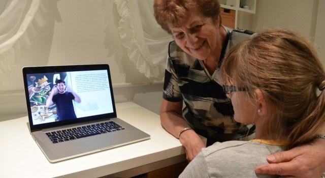 En la imagen se ve a una mujer mayor junto a una chica con hipoacusia accediendo a un videolibro en su primera lengua: la Lengua de Señas Argentina. / Foto: Canales Asociación Civil