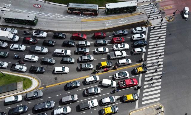 Aglomeración de autos, muchos de aplicaciones para transporte de pasajeros, en la Avenida 9 de Julio, en Buenos Aires.