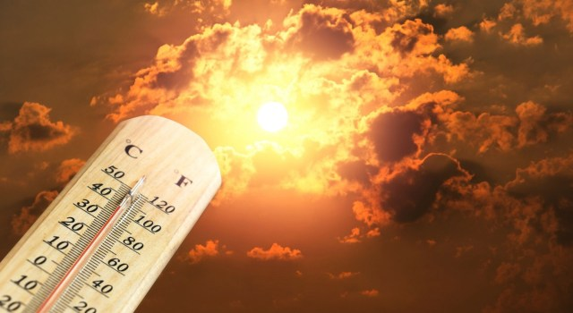 Un termómetro, entre las nubes y el sol.