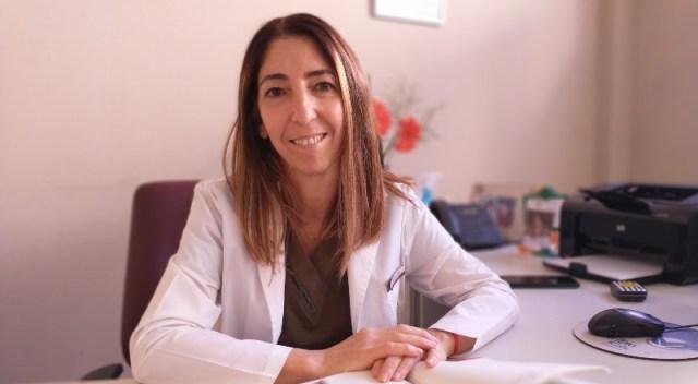 La doctora Romina Rubin mira de frente a la cámara, sentada frente a su escritorio.