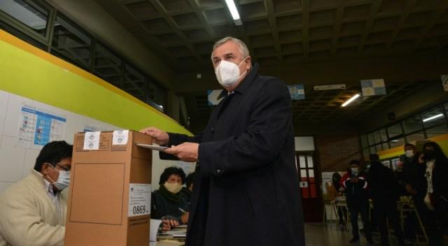 El Gobernador Gerardo Morales, con barbijo, deposita su voto en la urna.