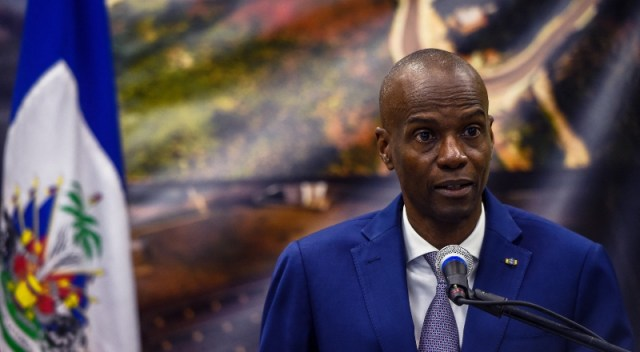El presidente de Haití, hablando al público, con un micrófono en frente.