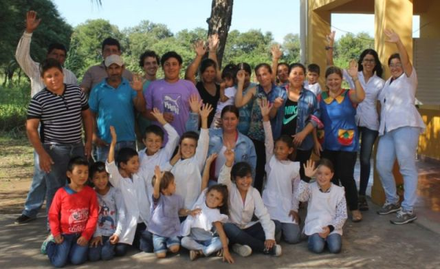 Docentes y estudiantes en una zona rural de Chaco.