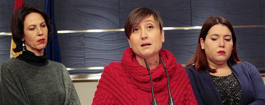 Eva Sempere, Marta Sibina y Angela Rodríguez, diputadas de Unidos Podemos-En Comú Podem-En Marea durante la presentación de la Proposición de Ley Orgánica sobre eutanasia en el Congreso.