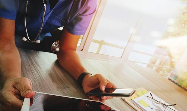 Los profesionales de la Medicina se llevan deberes a casa, según 'Annals of Internal Medicine'.