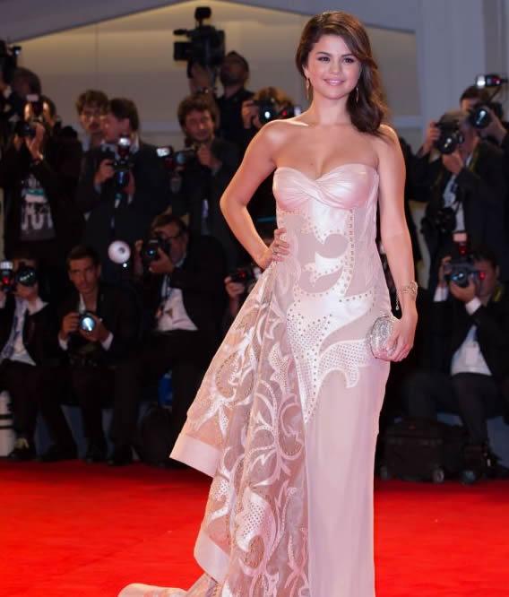 Selena Gomez in abito con strascico Versace