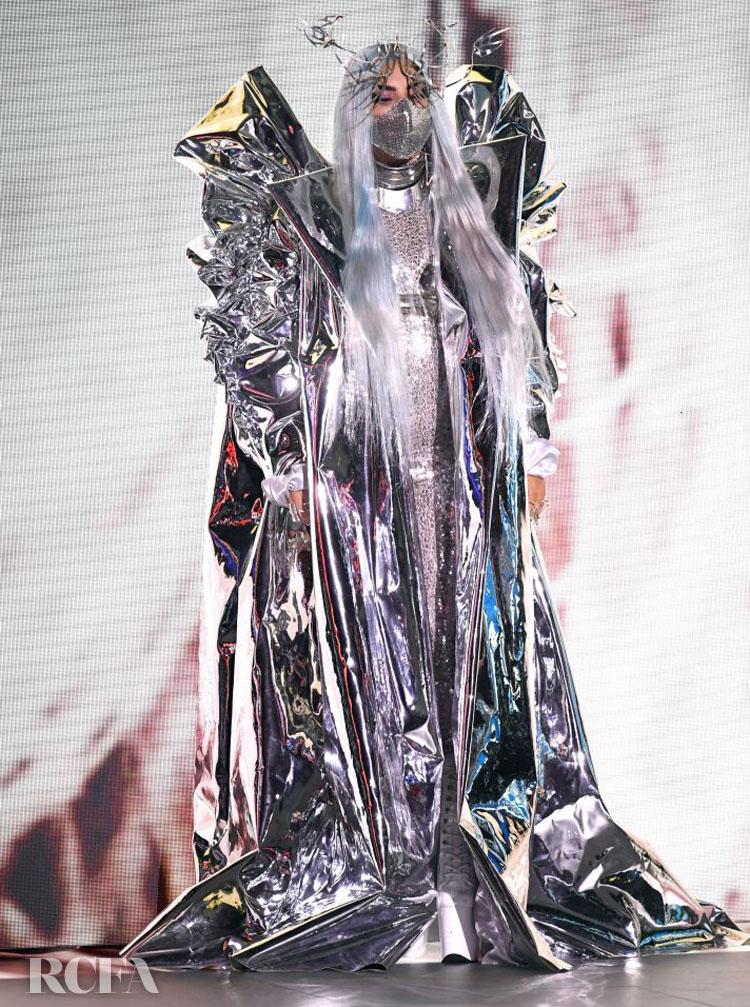 Lady Gaga  Candice Cuoco silver coat 2020 VMAs