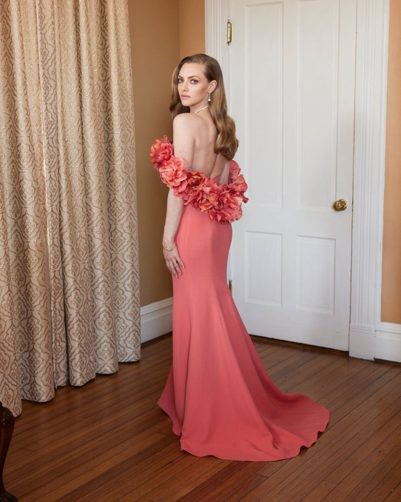 Amanda Seyfried, Oscar de la Renta, 2021 Golden Globe Awards, Amanda Seyfried Oscar de la Renta, Amanda Seyfried Golden Globe Awards, Golden Globe Awards, Oscar de la Renta, Amanda Seyfried Coral Dress,