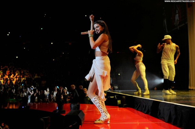 Selena Gomez Performance Beautiful High Resolution Babe Posing Hot