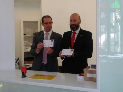 NH Abad y el Director de Correos inaugurando la exposición