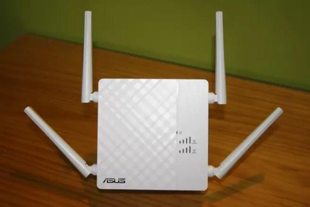 Frontal del repetidor Wi-Fi de alto desempeño ASUS RP-AC87