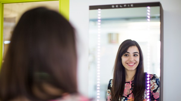 S.E.L.F.I.E – magic mirror automatically takes your photo, posts it to Twitter