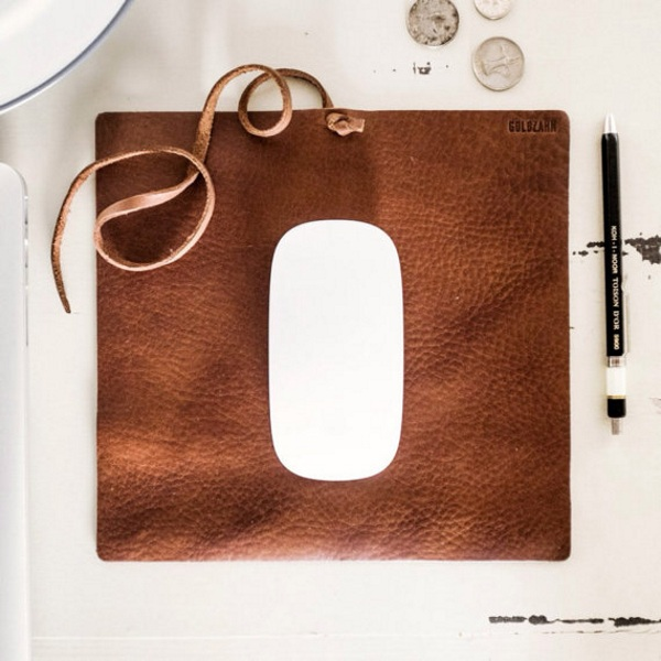 Travel Mousepad – a leather mousepad to protect your mouse from the danger of coffeehouse tables