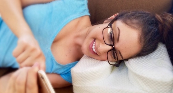 LaySee Pillow – the pillow for glasses wearers