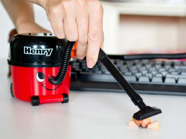 DollarGadgets (EP.1): Henry The Cool Desk Vacuum Cleaner [REVIEW]