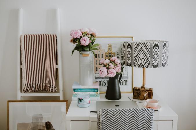 chic desk pink roses
