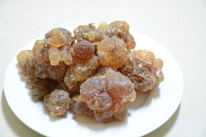 Gum arabic sudan tercampur serpihan kayu pohon akasia
