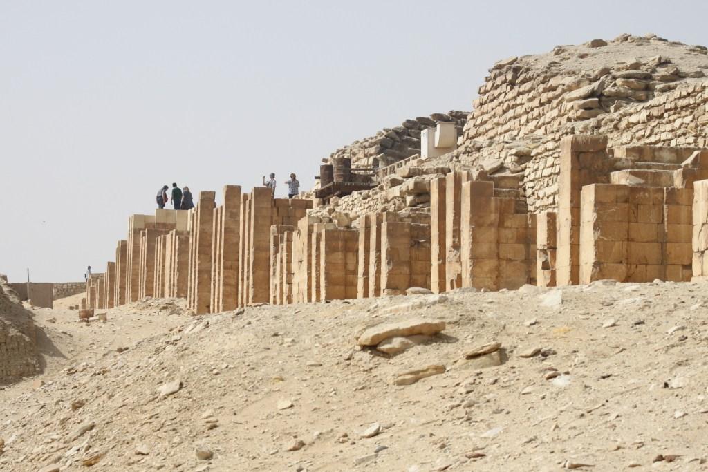 Reruntuhan kuil dan piramida di Saqqara