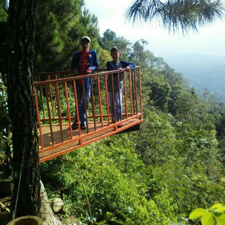 Berpose di gardu pandang Gunung Beser