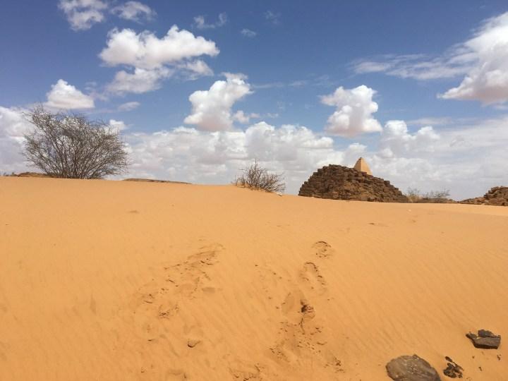 menanjak-bukit-pasir-untuk-menuju-komplek-piramida