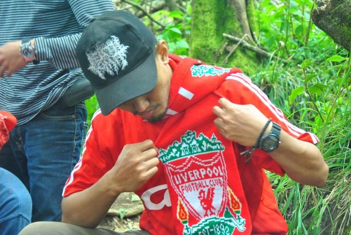 Fans Liverpool mendaki gunung dengan jersey kesayangannya