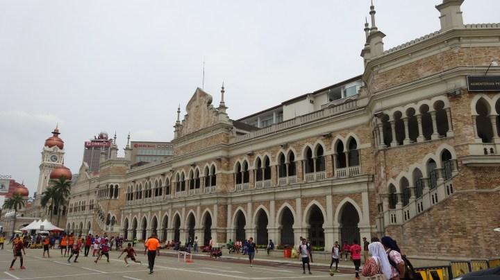 Gedung di depan Merdeka Square
