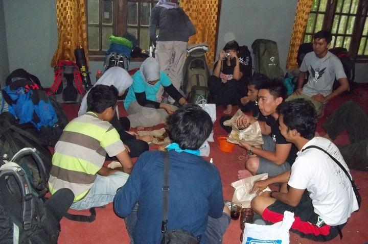 Makan siang di basecamp pendakian Gunung Slamet, Desa Bambangan, Purbalingga
