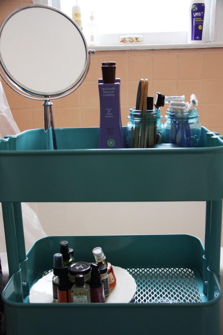 Blue cart in bathroom | redleafstyle.com