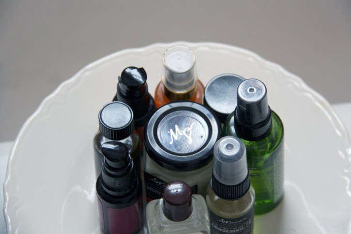 Plate holding beauty products | redleafstyle.com
