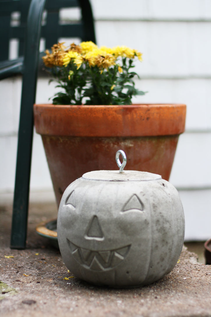 Discover how to make concrete pumpkins for Halloween. | redleafstyle.com