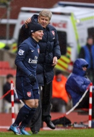 https://i1.wp.com/www.redlondon.net.customers.tigertech.net/wp-content/uploads/2010/01/arshavin-and-wenger-hat.jpg?resize=304%2C444