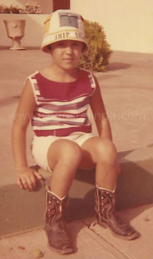 that is me with the cowboy boots and red! www.redostelinda.com