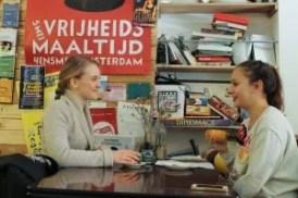 Saga Norrby (links) en Red Pers-journaliste Frederique Teillers (rechts). Foto: Tess Castelijn
