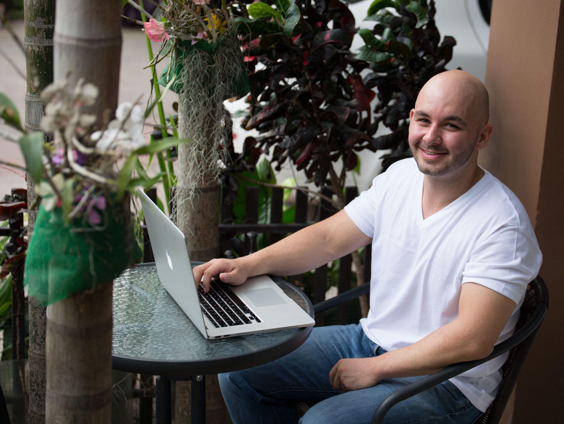 digital-entrepreneur-interview-brett-dev-on-laptop