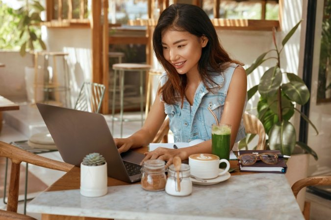 Want to know how much money digital nomads earn annually while traveling? These statistics should shed some light and give you motivation towards achieving success.