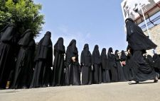Saudi women in black shrouds